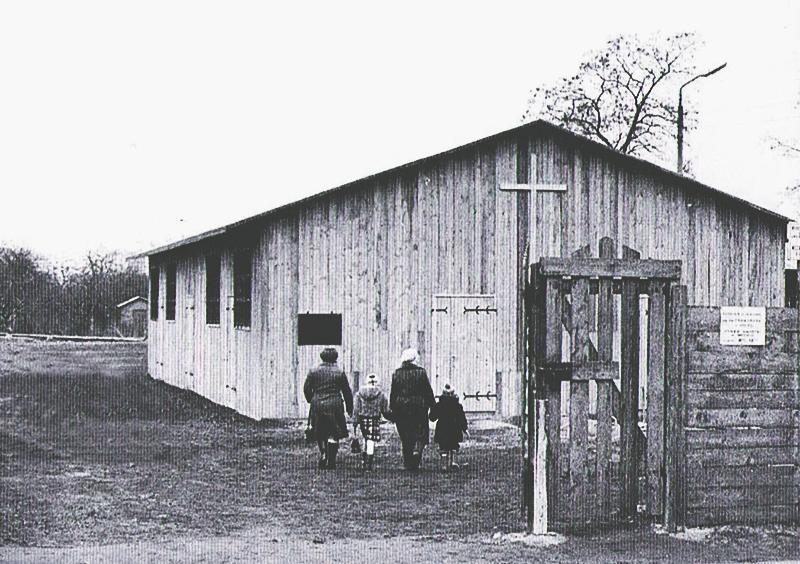 Foto z archiwum parafii. Pierwsza kaplica.