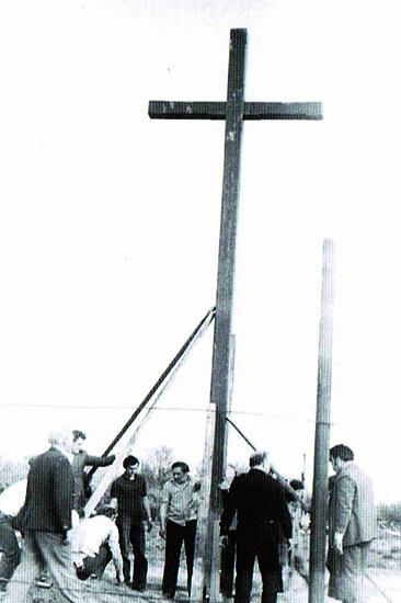 ustawienie pierwszego krzyża na placu